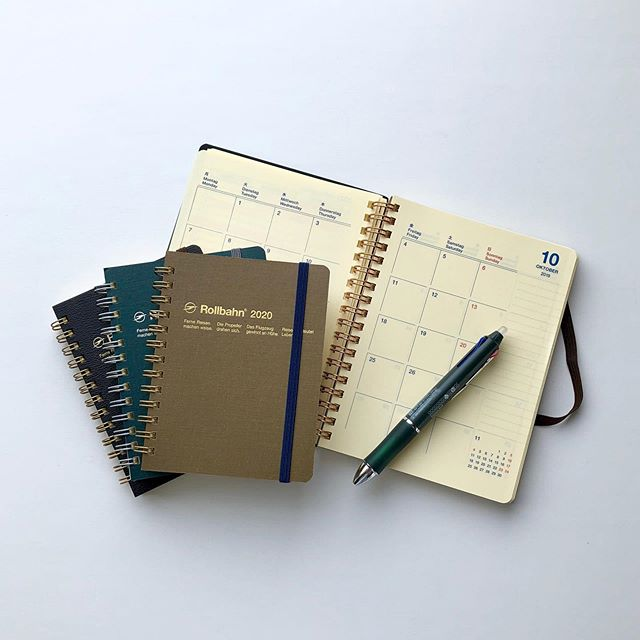 .10月始まりのスケジュール帳をお探しの方。スタイリッシュで使いやすいRollbahn Diaryが今年も豊富に入荷しました。.ベーシックカラーのモデルとイラストレーターである武政諒氏とコラボしたイラスト入りの2種のデザインをご用意しました。サイズも2種類に分かれているのでお客様のライフスタイルに合わせお選びいただけます。.季節の変わり目になる今の時期、ロールバーンのダイアリーを手に取り気持ち新たにスタートを切りませんか?.#rollbahn#ロールバーン#手帳 #スケジュール帳#10月始まりの手帳 #haus #haus_matsue #hausmatsue #松江カフェ #島根カフェ #松江旅行#島根旅行#松江 #島根 #山陰