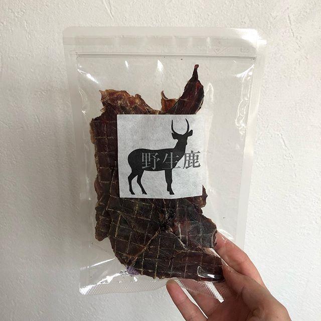 .【野生鹿シリーズ】ジャーキー スライス.鹿肉100%のジャーキーでもちろん無添加..低温で乾燥させているためタンパク質や有用ミネラルなどの栄養素が壊れずに残っています。.水分は11%以下と低く柔らかく、風味の良い美味しさが凝縮されたジャーキーになってます◎.GROOM HAUS松江市乃白町20270852-61-2885open  9:00close 18:00@haus_matsue#松江市トリミング #松江ペットサロン#松江ペット#トリミングサロン#島根#松江#山陰#haus_matsue #groomhause #野性鹿#野生鹿シリーズ