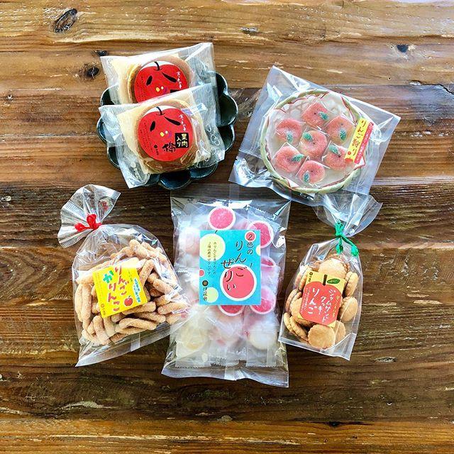 .伊藤軒が手掛けるりんごのお菓子昨年も大好評いただいたりんごのお菓子が新作を迎えて今年も入荷しております。.「2色のりんごぜりぃ」「りんごかりんこ」「ジャムサンドクッキーりんご」「林檎八つ橋どら」「りんご狩り」.木製のザルを使うなどパッケージにも一工夫。赤いりんごのイラストも可愛く目を惹きます。季節にちなんだ贈り物をお考えの方、伊藤軒のりんごのお菓子をどうぞ見逃しなく.#伊藤軒#林檎 #りんご #りんごのお菓子#haus #haus_matsue #hausmatsue #松江カフェ #島根カフェ #松江旅行#島根旅行#松江 #島根 #山陰