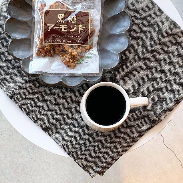 .珈琲にはこれでしょ。と思わず言いたくなるようなおやつが届きました🥜沖縄のサトウキビから取れた粗糖と黒糖に水飴を加え、ナッツをふんだんに混ぜ込み、カリカリ食感。スタッフみんなで試食して食べて食べて悩んで悩んでのこのセレクト。個人的には素朴な昔ながらのくるみ黒糖が好きです。黒糖の甘さって他にはない甘さなんですよね。癖になるおいしさです。便利なチャック付パッケージや小包装のものもあるのでギフトにもおススメです。#黒糖本舗垣乃花 #沖縄#くるみ黒糖#黒糖黒ごまピーナッツ#黒糖アーモンド#黒糖ココナッツ#ピーナッツクランチ#hausmatsue #島根#松江