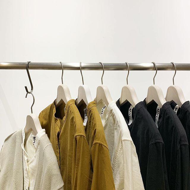 .そろそろ厚手のシャツの出番。色合いも秋らしいオレンジと定番のホワイトとブラックで届きました。HÅUSのハウエルのインスタはこちらです︎@haus_howell . . .#MHL#SOFT HOPSACK#oxfordshirt #shirt#haus matsue#島根#松江