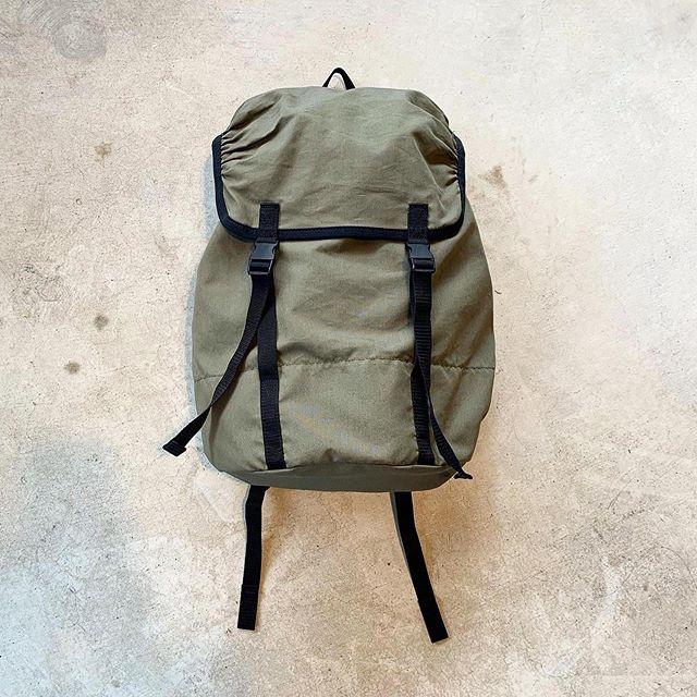 .#MHL#COTTON NYLON OXFORDcolor  カーキタテ糸にコットン、ヨコ糸にナイロンを使用して高密度に織られたオックスフォード素材のバッグパック。打ち込みの良さからくるハリのある質感がポイント。#backpack#bag#haus matsue#島根#松江