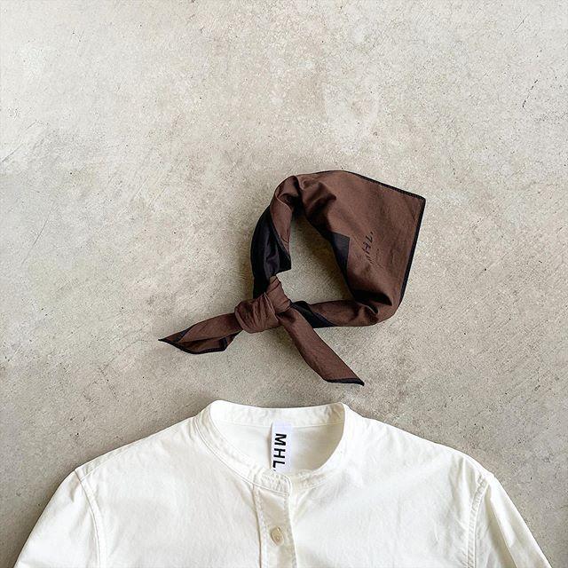 MHL#fine cotton plain wave 首に巻いたときも柔らかく馴染みの良い仕上がりの大判スカーフ。MHL定番のスカーフも秋色で入荷です。color  ブラウン、カーキsize  65㎝×65㎝HÅUSのハウエルのインスタはこちらです︎@haus_howell . . .#scarf#手捺染#てなっせん#shirt#hausmatsue #島根#松江