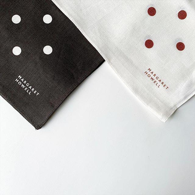 大きめのスポット柄がポイントのTWO COLOUR SPOT HANKYコシのあるリネンは繰り返しの洗濯にも十分耐えられ使うほどに良さが実感できます。color  オフホワイト、ブラウンsize  52㎝×52㎝#margarethowell #householdgoods#handkerchief#linen#hausmatsue #島根#松江
