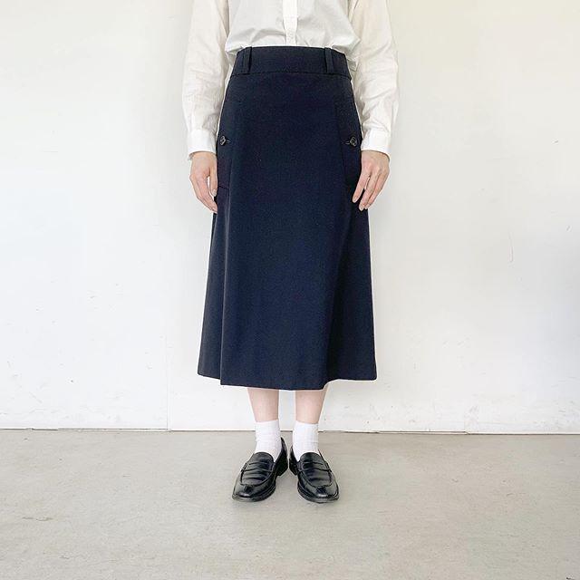 トレンチコートのディティールを取り入れたスカート。箱ポケットや太いウエストタブ後ろ身頃のインバーテッドプリーツのステッチワークなどにコートのディティールを感じます。color ネイビー、カーキHÅUSのハウエルのインスタはこちらです︎@haus_howell . . .#margarethowell#wool cotton twill#skirt#hausmatsue#島根#松江