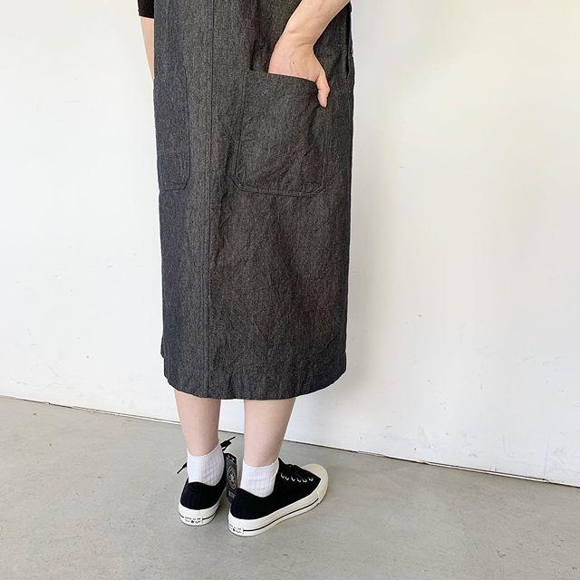 .ヴィンテージのオーバーオールから着想を得てデザインされたMHL ROUND NECK DRESSインナーを変えながら冬まで楽しめるデザインです。color ネイビーHÅUSのハウエルのインスタはこちらです︎@haus_howell . . .#MHL#LINEN COTTON CHAMBRAY#allstar #daypack #hausmatsue #島根#松江