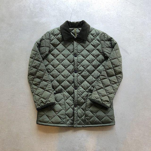 .『Barbour』○Liddesdale Jacket.ビジネススタイルを含めオンオフ問わず様々な場面にフィットするキルティングジャケット。Barbourの代名詞でもあるオイルドジャケットに次ぐ名作として名高いモデルです。ジャケットの裾が隠れる絶妙な丈感が生み出すバランスが美しい逸品。日中寒暖差のある今の時期にいかがでしょうか。.○サイズ展開「32/34/36/38/40」.#barbour#バブアー #haus #haus_matsue #hausmatsue #松江カフェ #島根カフェ #松江旅行#島根旅行#松江 #島根 #山陰