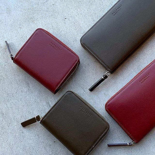 PlumとOliveMARGARET HOWELLの冬のお財布が届きました🌲機能的なラウンドファスナーのデザイン。収納もたっぷりあるので使いやすいのがうれしいです。size 幅19㎝×高さ9.5㎝#margarethowell #smooth leather wallet#wallet #財布#gift#hausmatsue #島根#松江