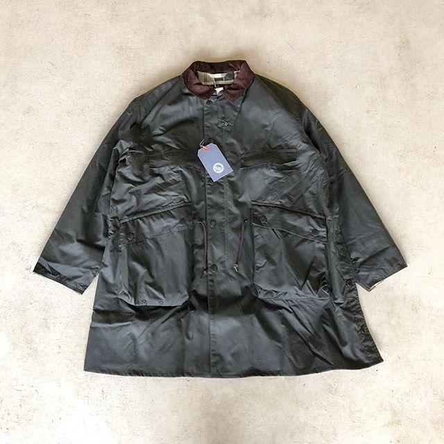 .○KAPTAIN SUNSHINE×Barbour「Stand Collar Traveller Coat」.KAPTAIN SUNSHINEが英国のフィールドウェアブランドBarbourに別注して製作されたオイルドコート。KAPTAIN SUNSHINEの代表プロダクトであるトラベラーコートをモチーフに製作された一着。フロントのマチ付きバッグポケットなどバブアー本来のパーツ使いなどから、両ブランドの持ち味が両立するデザインです。昨日ご紹介したフーデッドタイプと合わせて店頭にてご覧くださいませ。.#barbour#kaptainsunshine #travellercoat#military#outdoors#haus #haus_matsue #hausmatsue #松江カフェ #島根カフェ #松江旅行#島根旅行#松江 #島根 #山陰