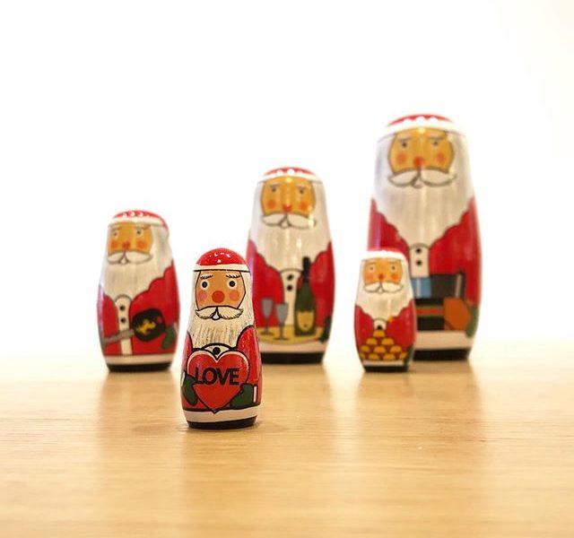 .クリスマスのオブジェとしても大人気DETAILが手掛けるクリスマスグッズが入荷しました。.ユニークなデザインとアイデアで多種多様な雑貨を手掛け発信するDETAIL。.職人の手仕事で作られたサンタのマトリョーシカ、ソーラー充電でハンドベルを振るソーラーサンタ、粘土で作るメルティングスノーマン。子どもから大人まで楽しめる雑貨をご用意しました。.クリスマスギフトにももちろんおすすめです.#detail#santacryoshka#solarsanta#meltingsnowman #クリスマスギフト#クリスマスオブジェ #haus #haus_matsue #hausmatsue #松江カフェ #島根カフェ #松江旅行#島根旅行#松江 #島根 #山陰