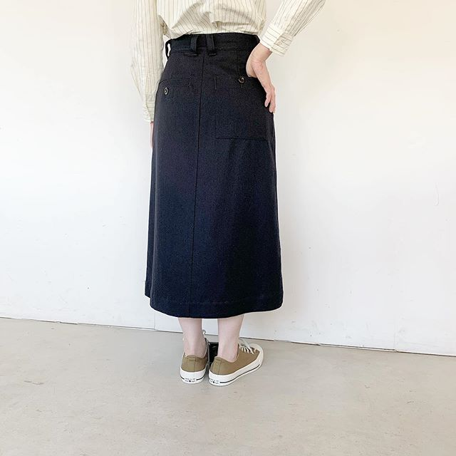 .ボトムもそろそろ冬仕様。後ろ姿もかわいいヴィンテージトラウザーズの要素を取り入れたウールとコットンのワークスカート。シルエットも膨らみ過ぎずいろんなコーデに合わせやすいフレア分量が少なめなAラインシルエット。着丈も長めです。color ネイビー#MHL#WOOL COTTON DRILL#skirt#hausmatsue #島根#松江