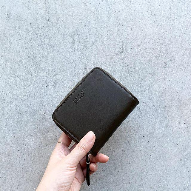 .ハウエルの二つ折り財布が小さなバッグでも使いやすい様に今までのサイズよりひとまわり小さくなりました。size 幅11㎝×高さ9㎝color  プラム、オリーブHÅUSのハウエルのインスタはこちらです︎@haus_howell . . .#margarethowell #smooth leather wallet#wallet #財布#gift#hausmatsue #島根#松江