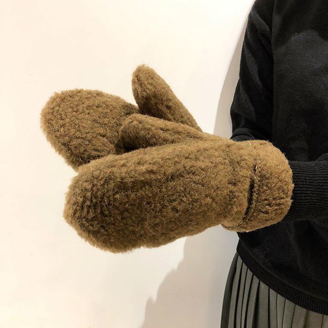 .手を入れた瞬間から暖かくなる毛足の長いピュアウールを使用し製造されたCOLDBREAKERのミトングローブ。ウール製品特有のチクチクとした肌触りを最小限になるようカットしているので、ふんわりやさしい肌あたりに仕上がっています。気温が急激に冷え込みましたので早速重宝できるのではないでしょうか。.生産を手掛けるポーランド発のALWERO社は羊毛製品に特化したファクトリーブランドです。.#ポーランド製#ミトングローブ#coldbraker#haus #haus_matsue #hausmatsue #松江カフェ #島根カフェ #松江旅行#島根旅行#松江 #島根 #山陰
