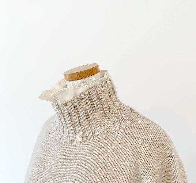 太番の糸を束ねて度詰で編まれたしっかりとしたシルエットのタートルネック。裾のスリットでシャツとの重ね着もたのしめます。color オフホワイト、グレー .🌲11/23(土)〜12/1(日)の9日間HÅUSのハウエルブースにて30000円以上お買い上げの方に日頃の感謝の気持ちを込めたプリザのスワッグを先着順にてプレゼント!ニットなど新作もたくさん届いております。ぜひ、この機会にご来店くださいませ。.️手作りですので数に限りがございます^^;気になる方はお早めにご来店くださいませ🌲.#margarethowell #wool cashmere silk jumper#turtleneck #knit#hausmatsue #島根#松江