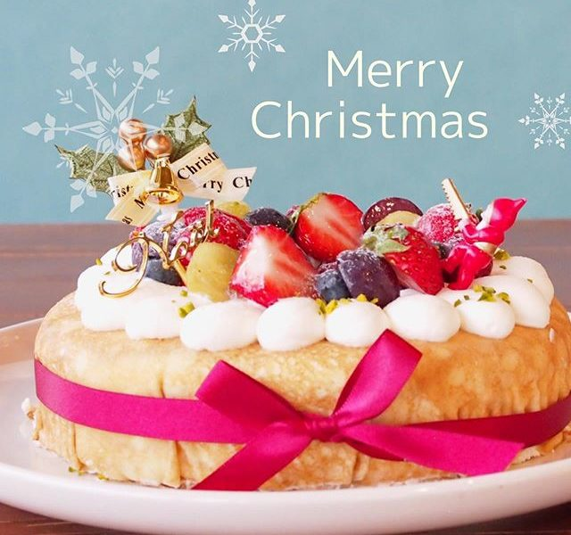 クリスマスケーキご予約始めました..今年からHÅUSでもクリスマスケーキを限定数で販売開始しました種類は2種類!.まずは〈ミルクレープ〉¥4,620税込当店自慢のクレープ生地を使用して作ったミルクレープはもっちりしっとりとしていて幾重にも重なった生クリームの層とフルーツの層がとてもカラフルで可愛らしいケーキです️カットした断面も可愛らしいので他にはないクリスマスが楽しめるケーキです..そしてもう一つが〈クリスマスタルト〉¥4,290税込サクホロなタルト生地にたっぷりのフルーツをトッピング!優し良甘さのカスタードクリームがフルーツとの相性が抜群です️..どちらもサイズは18cmです.ご予約はお電話のみでの対応となっておりますのでお気軽にお電話ください️.TEL0852615888. 《HÅUS営業時間》◎ショップ 11:00〜20:00.◎TABLE HÅUSモーニング9:00〜11:00(Lo.11:00)ランチ 11:30〜14:00(Lo.14:00)カフェ 14:00〜18:00(Lo.17:30)#HAUS#HÅUS#TABLEHAUS#hausmatsue#haus_matsue#galette#crepe#ガレット#クレープ#クレープリー#松江ランチ#松江カフェ#ドリンク#テイクアウトドリンク#クリスマスケーキ#クリスマス# Christmas