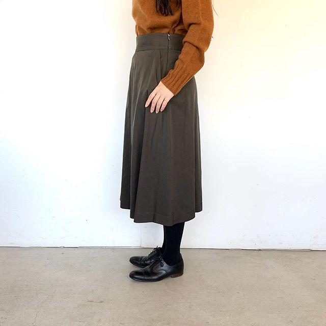 これからのシーズンのお呼ばれにもおすすめのレーヨンとキュプラのフレアスカート。品の良い光沢と広がりすぎない綺麗なシルエット。着丈のバランスも◎color カーキ、ネイビーsize  Ⅰ . Ⅱ .ⅢHÅUSのハウエルのインスタはこちらです︎@haus_howell #MARGARETHOWELL#GLAZED COTTON CUPRA#skirt#hausmatsue #島根#松江
