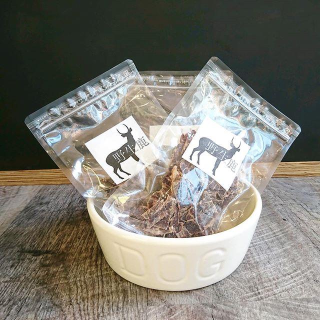..【 野生鹿 】.48度未満の低温で乾燥させる独自の製法で作り上げた鹿肉100%のジャーキー。.小さく砕き、ご褒美やおやつとして与えやすくしたチップタイプのおやつです.低温で乾燥するため、必須脂肪酸であるα―リノレン酸や、たんぱく質、その他有用ミネラル等の栄養素が崩れずに残っています。.鉄分やビタミンを多く含み、脂肪分は牛や馬や豚の 1/10 以下。.無添加で体にいいものを️.そして…今度の日曜日11月17日は、保護犬🐕保護猫🐈の譲渡会をHAUSの庭で行います️小さな命が素敵なご縁を待ってます .GROOM HAUS松江市乃白町20270852-61-2885open  9:00close  18:00@haus_matsue#松江トリミング #松江トリミングサロン#松江ペット#松江ペットサロン#松江#島根 #野生鹿#野生鹿ふりかけチップ#haus #hausmathue #groomhaus
