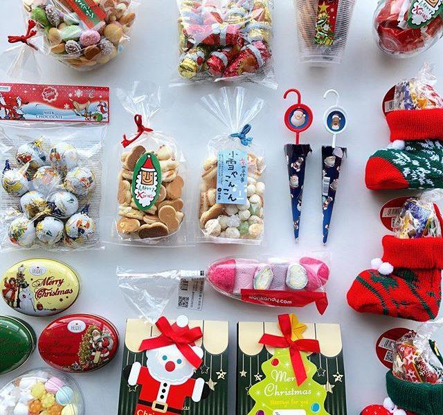 .『 X'mas Sweets』.クリスマスムードを感じられる季節になりましたね。HÅUSでは今年もクリスマスにちなんだお菓子を種類豊富にご用意しました.クリスマスの風物詩としても昔から愛されるキャンディケーン、ノスタルジーなデザインのお菓子缶、ギフトにぴったりのアソートボックスなどなど…。.チョコレートやクッキー、キャンディなどを中心に、クリスマス限定デザインのお菓子をご用意見ているだけでも気分が上がるお菓子たちをどうぞお見逃しなく◎.#christmas#クリスマスお菓子#エイム#伊藤軒#haus #haus_matsue #hausmatsue #松江カフェ #島根カフェ #松江旅行#島根旅行#松江 #島根 #山陰
