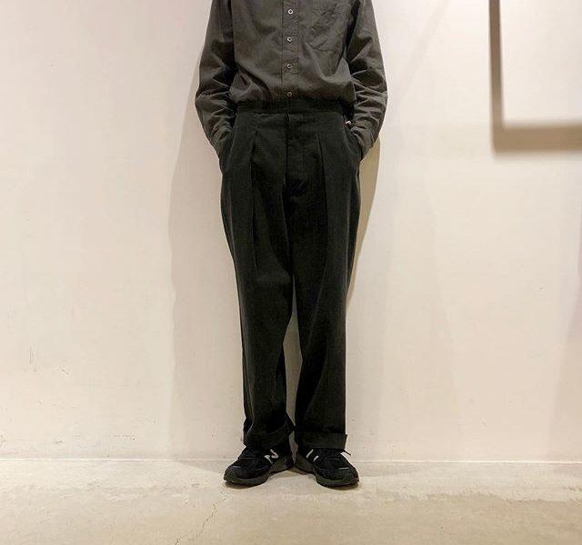 .KAPTAIN SUNSHINE「One Pleats Wide Trousers」.上質な質感でで大人の表情を見せる細畝のコーデュロイトラウザー。原料の良さと洗い加工による生地のトロみ、柔らかさがとても上質な一本です。ベルトループレスのワンプリーツ、センタープレスの仕様が見せるクラシックな一面も魅力的。この冬に重宝できるトラウザーをお探しの方、是非ご覧にお越しください。.size:30color:CHARCOAL GREY.#kaptainsunshine#corduroypants#military#work #haus #haus_matsue #hausmatsue #松江カフェ #島根カフェ #松江旅行#島根旅行#松江 #島根 #山陰