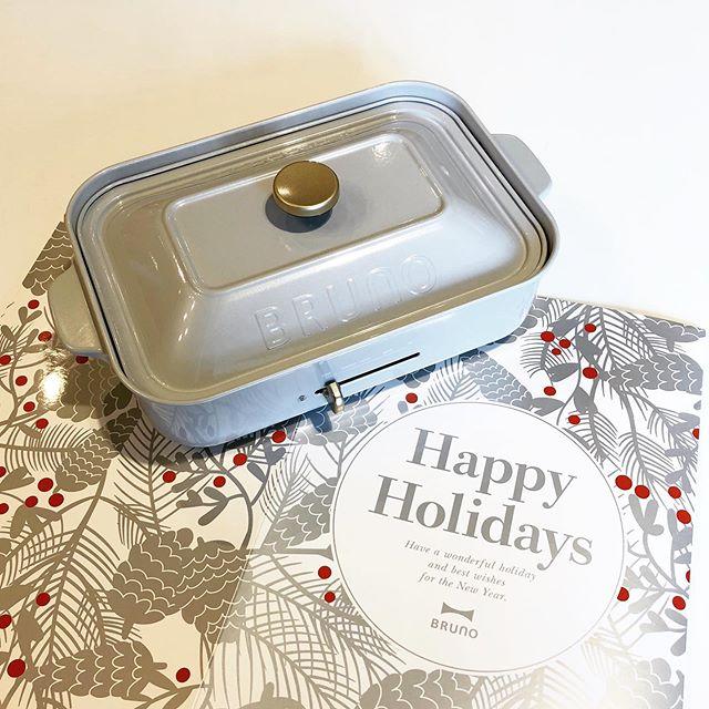 .『 BRUNO️ 』大人気のBRUNOホットプレートに限定色シルバーか仲間入りしました。.まず目を惹くのはパッケージにデザインされた縁起良い「Happy Holidays」のメッセージ。なんと今回コンパクトサイズには本来は別売りの深鍋がセットになっております。エレガントな雰囲気漂う色調に仕上げられた本体にぴったりマッチする今回だけの特別仕様です。大切な方へのクリスマスプレゼントやお祝いにぴったりのセットになっております。是非店頭へご覧にお越しください◎.#bruno#ホットプレート#silver#限定色 #リミテッドカラー#haus #haus_matsue #hausmatsue #松江カフェ #島根カフェ #松江旅行#島根旅行#松江 #島根 #山陰