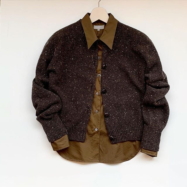 これからのパーティシーズンにもおすすめのきれいな色のシャツ。わずかな膨らみと上品な光沢があるスイス国内で紡績・製織・染色・仕上げされたスイスコットンを使用したブロード素材のシャツ。color ブラウン、ピンク 🌲11/23(土)〜12/1(日)の9日間HÅUSのハウエルブースにて30000円以上お買い上げの方に日頃の感謝の気持ちを込めたプリザのスワッグを先着順にてプレゼント!ニットなど新作もたくさん届いております。ぜひ、この機会にご来店くださいませ。.️手作りですので数に限りがございます^^;気になる方はお早めにご来店くださいませ🌲.#margarethowell #fine cotton poplin#shirt#Swisscotton#スイスコットン#🇨🇭#hausmatsue #島根#松江