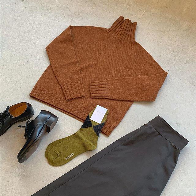 11月朝晩の冷え込みで秋を感じますね。そろそろニット始めませんか?柔らかなファインウールに上質なカシミヤを30%ブレンドした定番のタートルニット。ホールガメントで編みたてることで脇に縫い目がないので着心地が良く縫い代によるストレスがありません。color オレンジ、ベージュ、ネイビーHÅUSのハウエルのインスタはこちらです︎@haus_howell #MARGARETHOWELL#wool cashmere#knit#hausmatsue #島根#松江