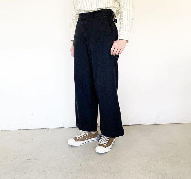 ダブル仕上げの裾が特徴的なクロップドトラウザーズ。サイズ調整のしやすいアジャストベルトやアシンメトリーにつけられたベルトループなど個性を感じるディテールが随所に見られるデザイン。color ネイビー#MHL#WOOL COTTON DRILL#trousers#hausmatsue #島根#松江