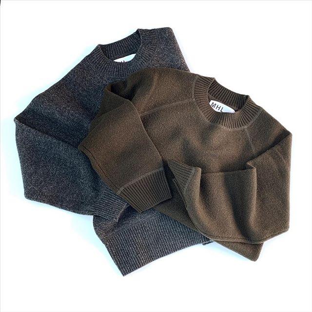 軽く柔らかな肌触りと膨らみを併せ持ったウール素材を使用したフェルト地のニット。衿や裾、袖口のカバーステッチのリブがポイント。ウィメンズのサイズ感は胸まわりゆったりで着丈はリブ使いでコンパクト。スウェットのようなシルエットがとても着やすいです◎メンズはベーシックな形。肌触りも良いのでウールが苦手な方でもチャレンジしやすいタイプです。 ...color グレー、カーキsize  ウィメンズ  Ⅱ、メンズ M、L#MHL#FELTED WOOL#knit#hausmatsue #島根#松江