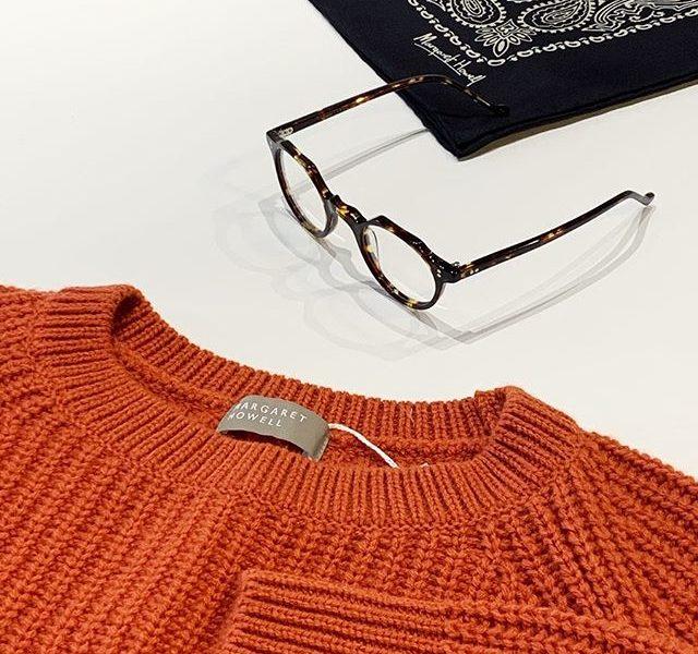 暖冬と言えどもニットはまだまだマストアイテム。気分の上がるレッド系のCORAL(珊瑚)が鮮やかなwool cashmere knit。ざっくりと編まれた畦編みもポイントです。HÅUSのハウエルのインスタはこちらです︎@haus_howell .#margarethowell #wool cashmere knit#knit#畦編み#paysley #silkscarf#メガネ#lesca #hausmatsue#島根#松江