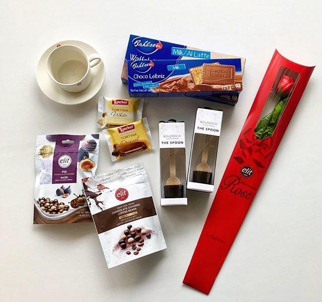 世界各国のチョコレート菓子🌎フランスやドイツほか、欧州発の有名ブランドからチョコレートのお菓子が種類豊富に入荷しました。.大人気のバールセンをはじめ個性豊かなラインナップになっております。花束にして差し上げたくなるような、バラをモチーフにしたユニークなものも.鳥取発のMY HONEYが手掛けるチョコスプーンも併せて入荷しております。.#チョコレート菓子#バレンタイン#bahlsen#loacker#elit#myhoney #haus #haus_matsue #hausmatsue #松江カフェ #島根カフェ #松江旅行#島根旅行#松江 #島根 #山陰