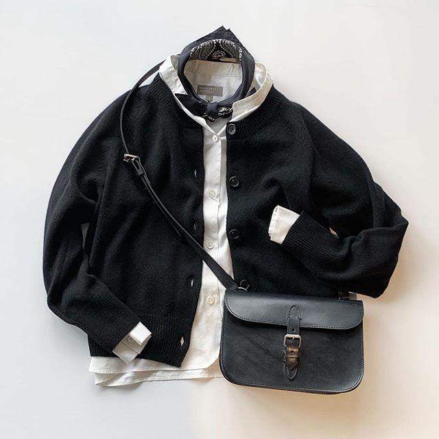なんだかんだでやっぱり落ち着くモノトーン。ウールカシミヤでブラックもすこし優しい雰囲気に。寒い時期の黒も良いですね。color ブラック、ライトグレー、レッドHÅUSのハウエルのインスタはこちらです︎@haus_howell .#margarethowell #wool cashmere knit#knit#cardigan#paysley #silkscarf#bridle leather shoulder bag#leatherbag#shoulderbag#hausmatsue#島根#松江
