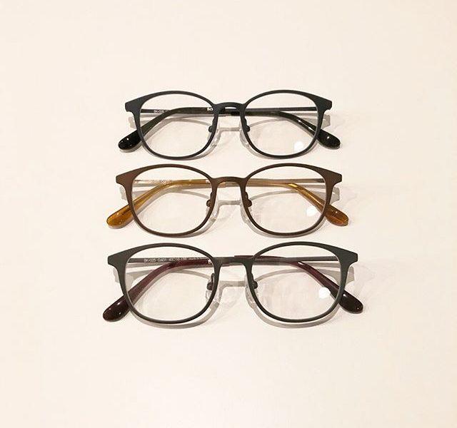 雰囲気あるチタンフレームで眼鏡デビュー。これから眼鏡デビューするお子様におすすめの、小さめサイズのフレームがBCPCから入荷しています。.ウェリントン型とラウンド型の二種類のモデルをご用意。同じチタン素材でも、レンズの形で目元の印象が変わりますのでぜひとも掛けて比べてみてください。.テンプル部分に施された植物柄の彫金もさりげないアクセントになっていて◎お顔の小さな大人にもおすすめです。.#bcpc#ベゼペセ#子ども用眼鏡#キッズフレーム#haus #haus_matsue #hausmatsue #松江カフェ #島根カフェ #松江旅行#島根旅行#松江 #島根 #山陰