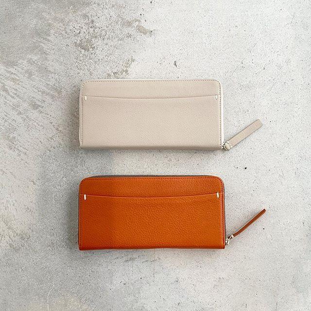 手触りのやわらかいシボのあるカウレザーの長財布届きました。シンプルかつカード段やポケットもしっかりとある機能的なラウンドファスナーの長財布。国産の原皮を使いオイルをたっぷり浸透させた鞣しと透明感とナチュラル感のある仕上げと柔らかさが特徴です。せっかくなら春財布がよいですね。長財布を探すなら今がオススメです。color  ベージュ、レッドsize  タテ9㎝×ヨコ19㎝×厚み2.3㎝#margarethowell #grain leather wallet#wallet#leather#財布#hausmatsue#島根#松江