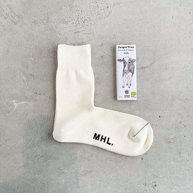 ミルクチョコレートと白い靴下。白つながりのバレンタイン。RASOXのスタンダードといわれる形と編み機の特徴を活かしたL字型ソックス。負担のかかる踵が脱げにくいのが最大の特徴です。今シーズンはすこしゲージを荒くなってカジュアルな印象。丈夫で履きやすい靴下はギフトにオススメです。メンズ、ウィメンズ共に入荷してます︎.color オフホワイト、ライトグレー、チャコール..#MHL#RASOX#summer sock#Valentine#peopletree #chocolate#hausmatsue #島根#松江