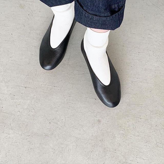 _Fotv ballet余計な装飾のないミニマムなデザイン。 深い履き口に柔らかいVラインが足の形をキレイにみせてくれます。アッパーには柔らかく足に馴染むカウレザーを使用。 天然素材ならではのシボやムラのある豊かな表情も素敵です。color ブラック、ホワイトsize  35 . 36 . 37 . 38 ※通常のサイズ感より少し大きめです。..HAUSのアパレルのインスタはこちらです︎@haus_howell .#_Fot#v ballet#balletshoes #leather#hausmatsue #島根#松江
