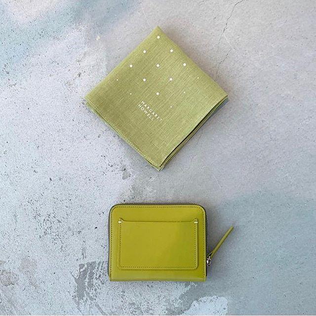 明るいニュースがない今だからこそ身の回りに明るい色を。気持ちも大切だと思います。ハウエルの春のお財布は新型のラウンドファスナー型の二つ折り財布。ボックス型の小銭入れや外側のカード入れなど使い勝手のよいデザインです。color イエロー、グレー、ネイビーHAUSのアパレルのインスタはこちらです︎@haus_howell .#margarethowell #smooth leather wallet#wallet#handkerchief#linen#hausmatsue #島根#松江