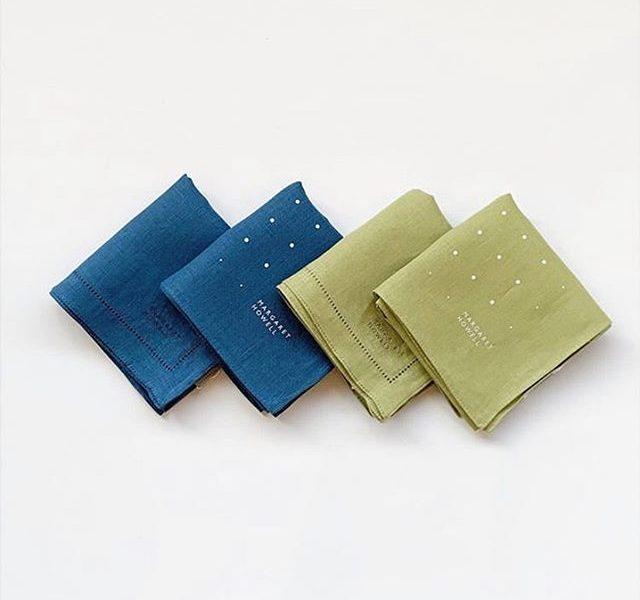 ギフトに選ばれることも多いハウスホールドのリネンハンカチ。今シーズンはブルーとライム。爽やかな初夏のようなカラーです。今季のドットは中心から外側に向かってだんだんとスポットが小さくなっていく遊び心のある柄です。size  52㎝×52㎝HAUSのアパレルのインスタはこちらです︎@haus_howell .#margarethowell #household goods#tiny spot hanky#embroidered hanky#handkerchief#linen#手捺染#gift#hausmatsue #島根#松江