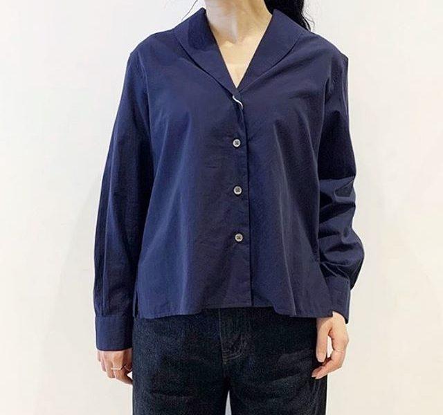 .休みの日のシャツはこのぐらい自然体がうれしい。春の風を感じるナチュラルで軽い風合いに仕上げたポプリン素材を使用したショールカラーシャツ。胸元の空き加減も程よくリラックスした雰囲気です。color ネイビー、ホワイトsize  Ⅰ . Ⅱ#margarethowell #soft washed  cotton#shawl collar shirt#shirt#hausmatsue #島根#松江