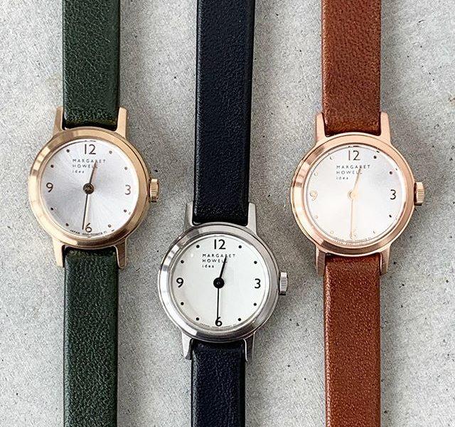 毎日、身に付ける物だからこそお気に入りの一本を。小さなラウンド型のアンティークな雰囲気のハウエルの新作腕時計。革ベルトは使うほどに馴染むソフトな牛革を使用。ニュアンスのある色のレザーのベルトもポイントです。color グリーン、ブラック、ブラウン#margarethowell #hands mini regular watch#Watch#leather#腕時計#hausmatsue #島根#松江
