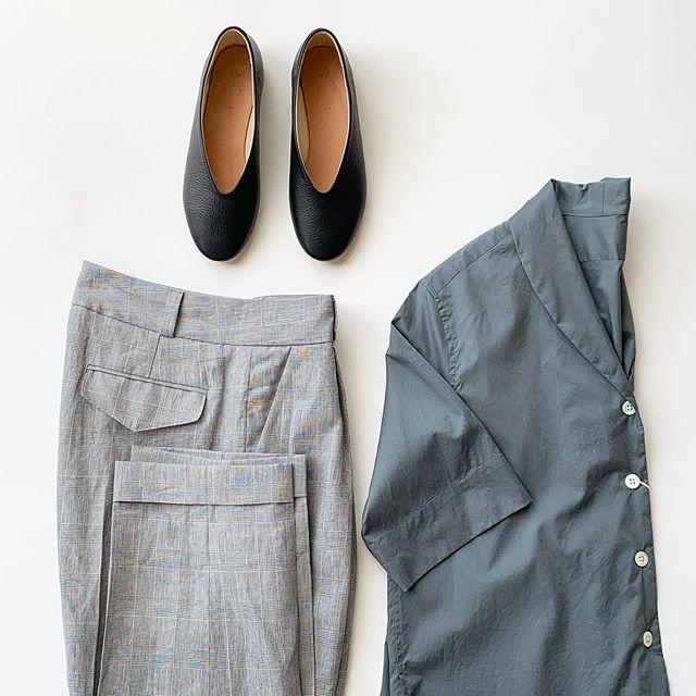 【HÅUS 通販サイトでも販売中】美しい透明感と自然な光沢のあるSHEER COTTONを使用したシャツ。今シーズンのスタイルはshawl collar shirt。ハリ感も少なくしっとりときれいに女性らしい雰囲気。ちょっとしたお呼ばれにもとおすすめのシャツです。 .【HÅUS 通販サイトでも販売中】本アカウントのプロフィール欄URLからアクセス頂けます。是非、ご覧下さいませ!.HAUSのアパレルのインスタはこちらです︎@haus_howell .#margarethowell #SHEER COTTON#Italia##shawl collar shirt#shirt#prince of wales line#trousers#_fot#vballet#🩰#hausmatsue #島根#松江