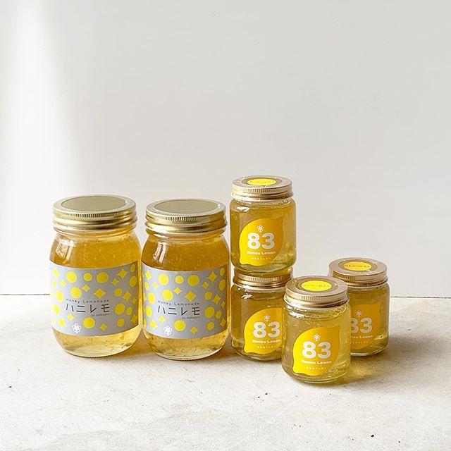 そろそろ暑い日がくるようで体は酸っぱいものを欲しがります🍋三重県の松治郎の舗から甘酸っぱいハチミツレモンが届きました!究極のお家時間をどうぞ♩ ..【ハニレモ】生産量が限られている国産のレモンと相性バツグンのはちみつを使用し、漬け込み。国産レモンの程よい酸味とはちみつの甘みの奏でるハーモニーは絶妙です。松治郎の舗の伊勢おはらい町店で行列ができる、「ハニレモ」をご自宅でもお楽しみいただけます!炭酸水にこちらのハニレモを混ぜていただき、冷たくしてお飲みください。また、お湯や冷水で割っても楽しめます。ヨーグルトに混ぜたり、そのままパンに塗るなど色々な食べ方がありますので、お好みでお試しください。 ️️️️️️️️️ ️️️️️️️️️ただいまの期間、SHOP閉店時間は19時となっております。お気をつけ下さいませ。SHOP 0852-61-5885TABLE HAUSはtakeoutのみで11:30〜17:00の営業となっております。受け取りは19:00までとなっております。是非、ご利用下さいませ!TABLE HAUS 0852-61-5888ご予約可能です! . ..♢♢♢コロナ感染症対策ご協力お願いします♢♢♢ ♢♢♢ ♢♢♢当店にご来店いただく際にはマスクをできる限りご着用ください。出入口には、次亜塩素酸消毒液を用意しておりますので、ご来店の際には、手指の消毒にご協力ください。お客様にはご不便をおかけいたしますが、感染拡大防止に何卒ご理解ご協力を賜りますようお願い申し上げます。 .※今後の新型コロナウイルス感染症の感染状況、政府・自治体からの要請等によっては、営業時間を変更することがございます。その場合にはインスタ、Facebookにて随時お知らせいたします。 .#松治郎の舗 #ハニレモ#はちみつれもん#おうち時間#stayhome #haus #haus_matsue #hausmatsue #松江カフェ #島根カフェ #松江旅行#島根旅行#松江 #島根 #山陰