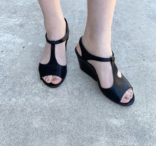 履くだけでぐっと女性らしさがアップしたような気分になるTストラップのサンダル。安定感のあるソールとこっそり踵のストラップに仕込まれたゴムで着脱が簡単なのもうれしいところ。ソールまでブラックなのもスッキリ感があって素敵ですね。汗染みが目立ちにくいのもポイント。vialisTストラップサンダル¥25,000+taxsize 36 . 38※size37sold out#vialis#Spain#Barcelona#sandal#hausmatsue #島根#松江
