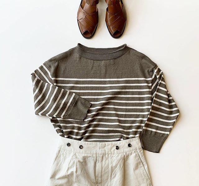 シマシマは子供っぽいだけではないのです⛴色味を抑えたシマシマはきちんと大人な装い。北フランス産のリネンと毛羽立たないフィラメントのシルク糸を撚糸したリッチな糸で編み上げたやや立ち衿のサマーニット。肌あたりも良くリネン特有のチクチク感が少ないのもうれしいです。color グレー、ネイビーsize  Ⅱのみmodel 159㎝HAUSのアパレルのインスタはこちらです︎@haus_howell .#margarethowell #linen silk boat neck#summerknit#skirt#sandal#hausmatsue #島根#松江