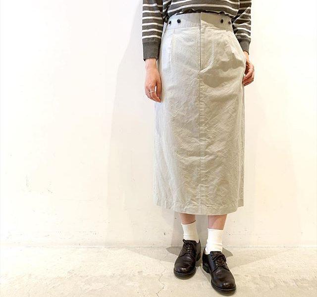 .シンチバックのついたミドルレングスのスカート。すこしタイト気味な甘すぎないシルエット。洗い込まれたアンティークのリネン生地のようにくすんだ色合いが特徴のアッシュグレー。color アッシュグレーsize  Ⅰ . Ⅱ . Ⅲmodel 159㎝ size Ⅲ着用HAUSのアパレルのインスタはこちらです︎@haus_howell .#margarethowell #yarn dyed cotton linen#skirt#hausmatsue #島根#松江