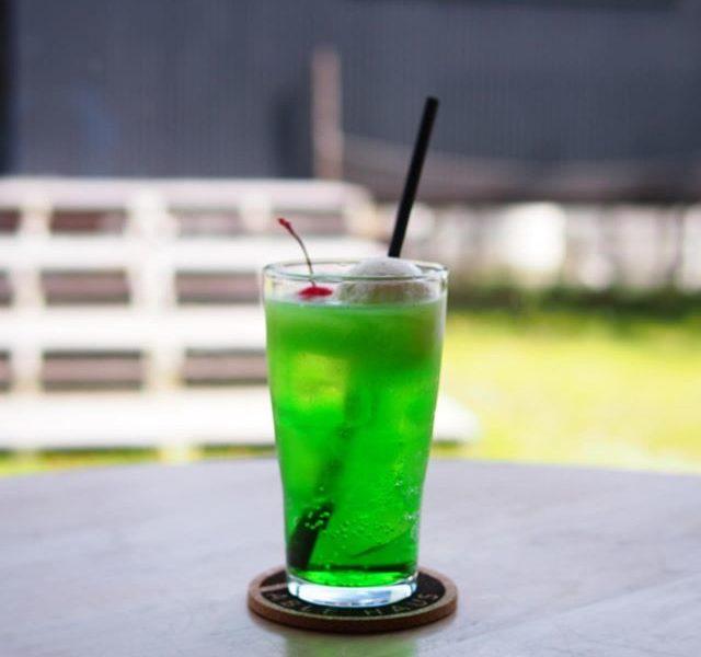 .\ 6月20日からのNEWドリンク🥤//.ドリンクメニューにも新しいソーダ系ドリンクが登場..昔ながらの喫茶店を思わせる雰囲気あるメロンクリームソーダ光が差し込んでキラキラとしたグリーンに真っ赤なチェリーがちょこんと…可愛らしい…..レモネード&レモンスカッシュは自家製のレモンシロップを使用🍋オリジナルレシピのレモンシロップはどこか優しい甘酸っぱさで夏の暑さの中私たちを元気にしてくれます️お好みでレモンを絞ってどうぞ🍋..ドリンクメニューは全てテイクアウトも可能ですぜひこちらもお楽しみに…◎..HÅUS営業時間只今1時間短縮営業《 ショップ 営業時間 》11:00 〜 19:00.《 レストラン 営業時間 》モーニング9:00〜11:00ランチ 11:30〜14:00カフェ 14:00〜17:00 Tel : 0852-61-5888..#HAUS#HÅUS#TABLEHAUS#hausmatsue#haus_matsue#galette#crepe#ガレット#クレープ#クレープリー#松江ランチ#松江カフェ#ランチ#lunch#モーニング#松江モーニング#morning#ドリンク#テイクアウトドリンク#パスタ#パスタランチ#松江パスタ#ケーキ#メロンクリームソーダ#メロンソーダ#レモネード#レモンスカッシュ#自家製レモネード