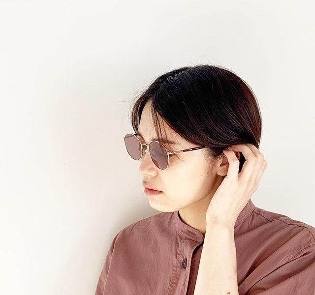 .【HÅUS 通販サイトでも販売中】派手なだけがサングラスじゃないどこか静かで落ち着いた雰囲気の細いメタルフレームのBLANC..のサングラス。目元が少し透けて見えるくらいのレンズの色も良いですね。そして横顔でちらっと見えるべっこうのテンプルも雰囲気があって素敵です。女性らしく合わせたい方におすすめのフレームです。 ... 【通販サイトは haus2005.jp】本アカウントのプロフィールURLからアクセス頂けます。是非、ご覧下さいませ! . . @haus_net_store ..BLANC..2012年にスタートした日本のアイウェアブランド。デザイナーは渡辺利幸。ブランド名の「BLANC」はフランス語で「白」を意味する。シンプルで何色にでも染まることができるという意味を持ち、様々なスタイルに合うアイウェアを展開。世界有数の眼鏡の産地、福井県鯖江市の熟練した職人による、細やかな技術に裏打ちされたストレスの少ないフィット感と、コンテンポラリーなデザインが魅力のブランド。#BRANC..#sunglasses#metalframe#eyewear