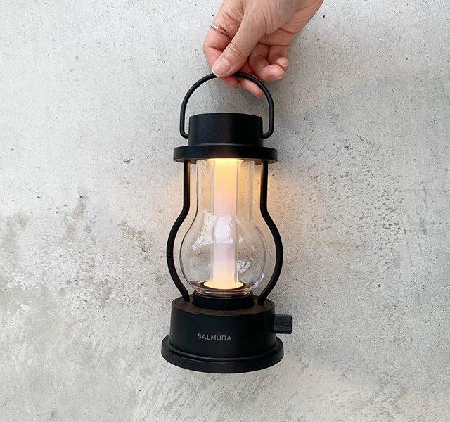 日常の何気ない時間を少しだけ特別に彩るBALMUDA The Lanternキャンドルのように揺らぐ暖色の灯りから、読書灯にも使える温白色の灯りまで。バッテリー内蔵で部屋中どこでも、アウトドアにも持ち出してお使いいただけます。個人的にもベッドサイドで使ってますが、細かく調節できる明るさとさっと持ち運べるデザインで緊急時の懐中電灯代わりにも使えてとても便利です。何より部屋に置いたときの存在感に癒されます。color ブラック、ホワイト#バルミューダ#balmuda #balmudathelantern #haus #haus_matsue #hausmatsue #松江カフェ #島根カフェ #松江旅行#島根旅行#松江 #島根 #山陰