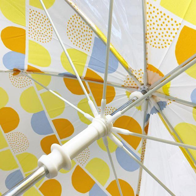.小さなお子さんでも安全に開閉しやすいノンハジキタイプの雨傘入荷です︎.2面透明だから視界も良好.ポップで可愛い柄で雨の日だって楽しく。..あわせて着れるレインコートもおすすめですよ。#wpc #umbrella#kids#傘