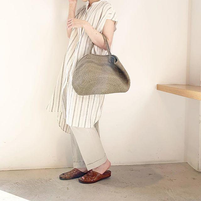 .夏の気分も高まりそうなロングシャツ。悩みがちな白っぽいボトムとも馴染みが良くまとまりがつきやすいのでおすすめ。前と後ろで段違いの裾も可愛いです。color ホワイトsize  FHAUSのアパレルのインスタはこちらです︎@haus_howell . ..#margarethowell #household goods#pj stripe linen#pajamas#stripe#linen#shirt#hausmatsue #島根#松江
